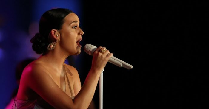 "Katy Perry en el 2015 en la Gala ""So The World May Hear"" de la Starkey Hearing Foundation en el St. Paul River Centre el 26 de julio de 2015 en St. Paul, Minnesota (Adam Bettcher/Getty Images for the Starkey Hearing Foundation)"
