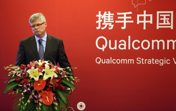 El director ejecutivo de Qualcomm, Steve Mollenkopf, asiste a una conferencia de prensa en Beijing, China, el 24 de julio de 2014.(ChinaFotoPress a través de Getty Images)