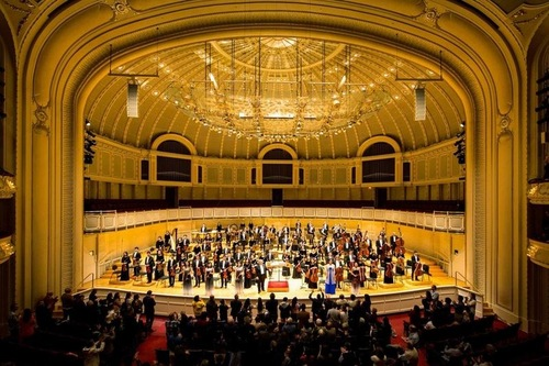 Ovación de pie en el Chicago Symphony Center - Orchestra Hall en Chicago, Illinois, el 20 de octubre de 2018.