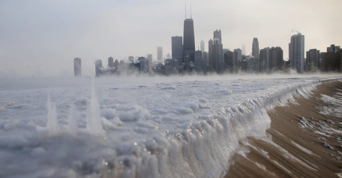 El hielo se acumula a lo largo del lago Michigan en North Avenue Beach