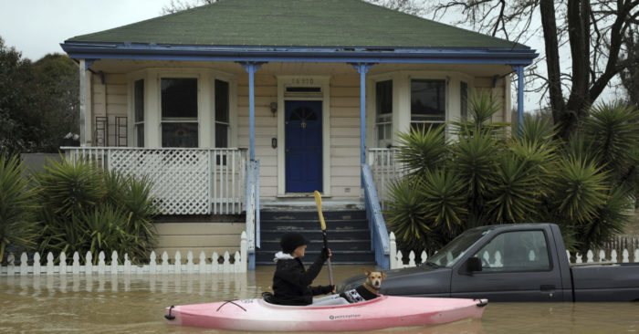 Escena de las inundaciones en Guerneville, al norte de San Francisco en California, el 27 de febrero del 2019. (Kent Porter/The Press Democrat via AP)