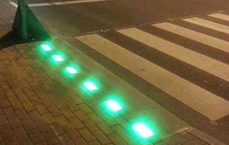 Luces led en las aceras de un cruce transitado