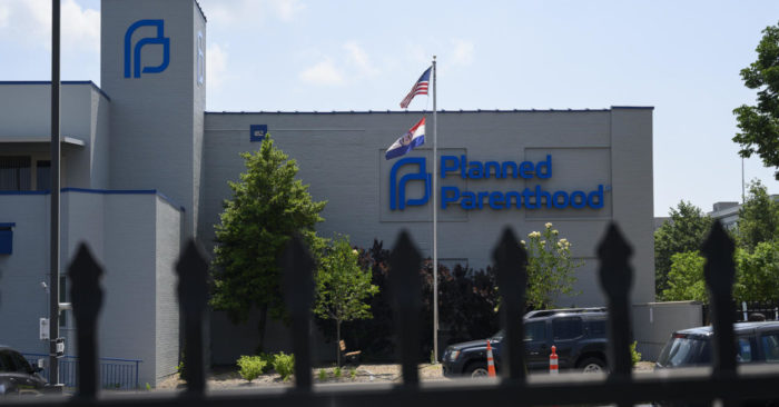 Indemnizan a una exdirectora de Planned Parenthood que denunció graves irregularidades