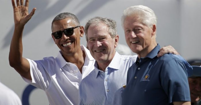 Los expresidentes Obama, Bush y Clinton. (AP Photo/Julio Cortez)