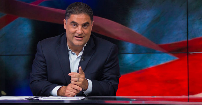 Cenk Uygur en su programa The Young Turks el 23 de junio de 2015. (tytvault/Flickr)